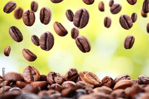 spadajace-ziarna-kawy-z-jasnym-tlem-2
