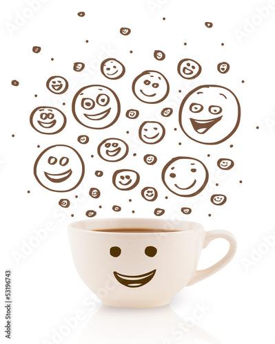 filizanka-kawy-z-brazowy-recznie-rysowane-szczesliwe-buzki