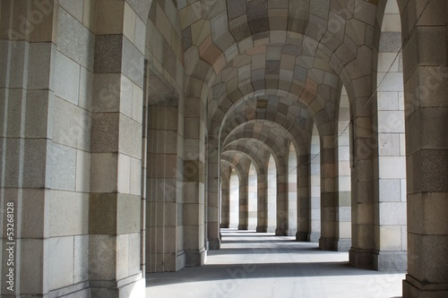 Photo architectural background with a line of columns