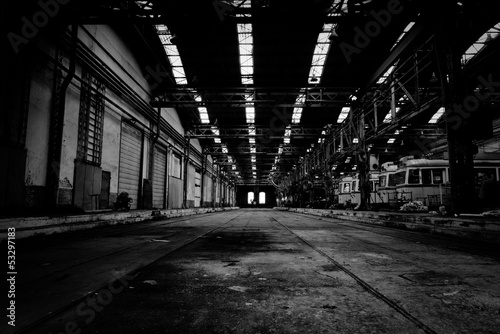 Autocollant pour porte Les vieux bâtiments abandonnés Interior of a vehicle repair station in black and white