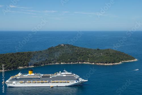 In de dag Mediterraans Europa cruise ship and island in the sea