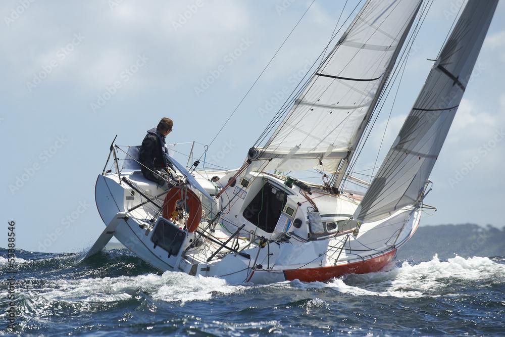 Foto-Vorhang - skipper sur son yacht de sport