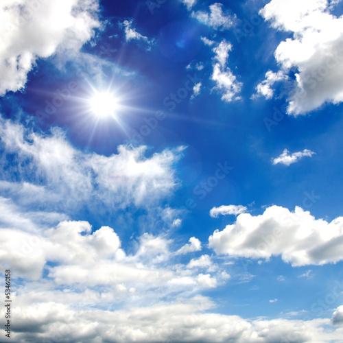 letnie-niebo-z-bialymi-chmurami-i-sloncem