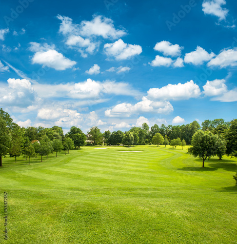 Foto op Aluminium Platteland green golf field and blue cloudy sky