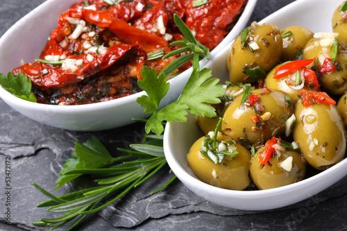 Mediterrane Vorspeisen - marinierte Oliven und Tomaten Canvas Print