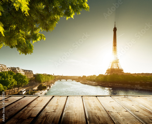 Ingelijste posters Parijs background with wooden deck table and Eiffel tower in Paris