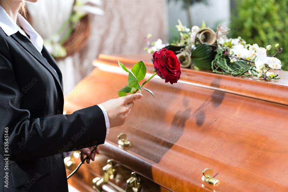 Fototapeta Frau auf Beerdigung mit Sarg