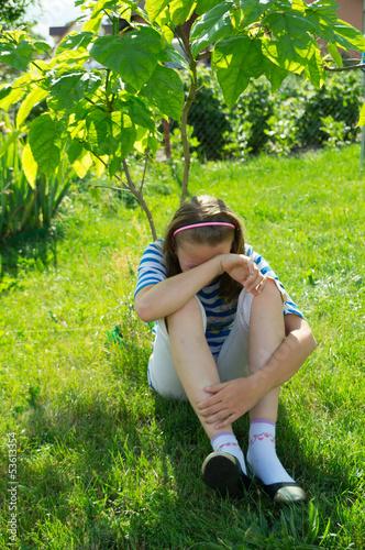 płacząca dziewczynka pod drzewem - fototapety na wymiar
