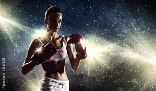 mloda-kobieta-z-rekawicami-bokserskimi