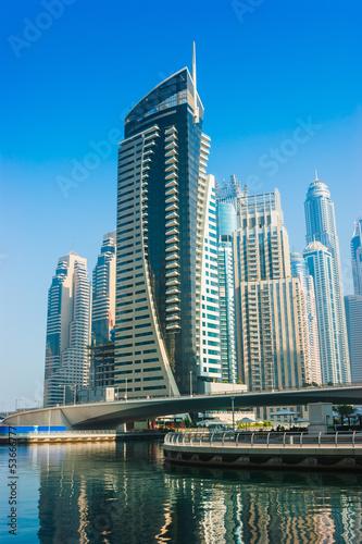 wysocy-wzrostow-budynki-i-ulicy-w-dubaj-uae