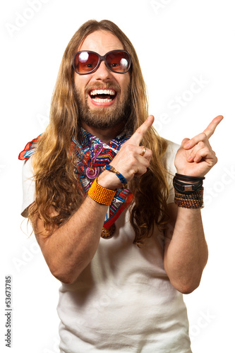 Photo  Happy and silly hippie man pointing up at copyspace.