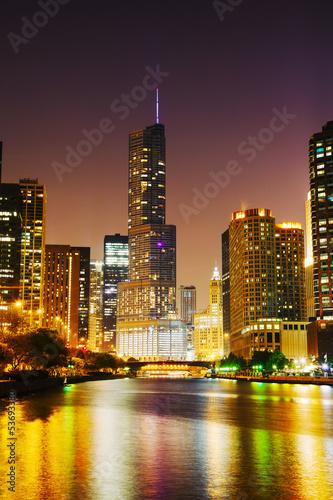 Foto auf AluDibond Brücken Trump International Hotel and Tower in Chicago, IL in the night