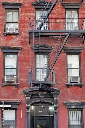 fasada-z-czerwonej-cegly-z-wyjsciem-przeciwpozarowym