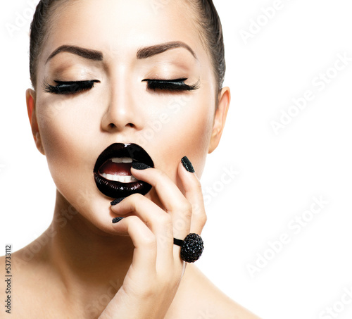 Foto auf Leinwand Fashion Lips Vogue Style Fashion Girl with Trendy Caviar Black Manicure