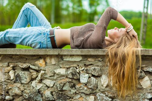 Obraz szczęśliwa dziewczyna - fototapety do salonu