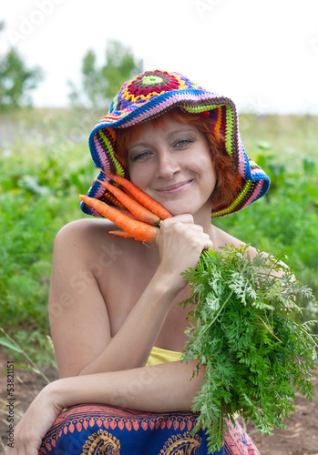 Valokuva red-haired woman with bunch of carrots