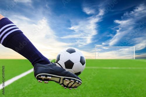 Foto-Vorhang - foot kicking soccer ball (von tungphoto)