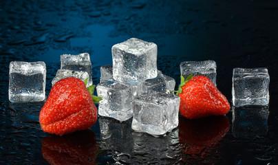Panel SzklanyMokre truskawki z kostkami lodu