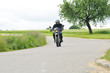 Motorradfahrer im Grünen 2
