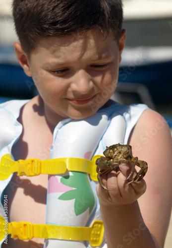 Fotografie, Obraz  Chlapec s blátem kraba v ruce