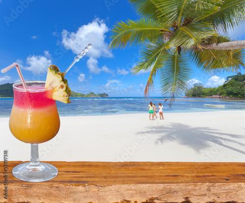 cocktail sur plage de rêve aux Seychelles - 53897518