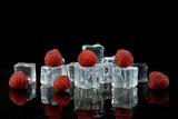 Fototapeta Fototapety do łazienki - Maliny z kostkami lodu na czarnym tle