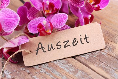 Recess Fitting Orchid Auszeit - Orchideenblüten und Papierschild auf Holz
