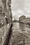 Szeroki kąt strzału ulic i kanałów w Wenecji - 53928120