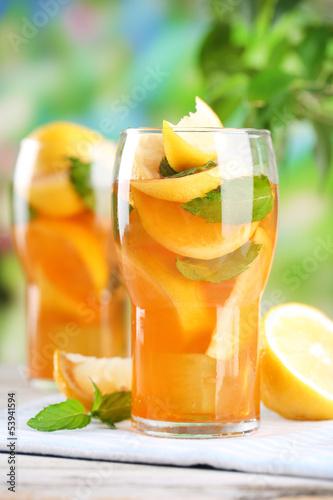 mrozona-herbata-z-cytryna-i-mieta-na-drewnianym-stole-na-zewnatrz