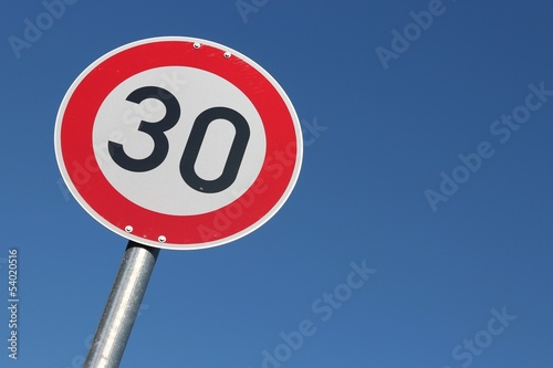 Fotografia  Deutsches Verkehrszeichen: zulässige Höchstgeschwindigkeit 30 km/h