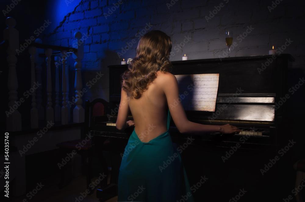 Сексуальной грудью за пианино за роялем за компьютером обнаженные женщины соблазнить девушку