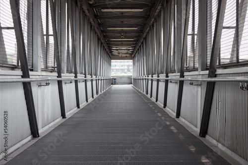Papiers peints Tunnel Empty steel covered bridge