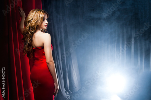 Photo  Beautiful woman posing in front of the scenes