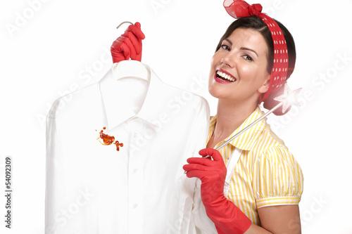 Fotografía  beautiful woman housewife showing a dirty shirt