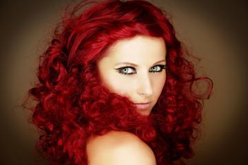 Fototapeta Portrait einer rothaarigen Frau mit Locken