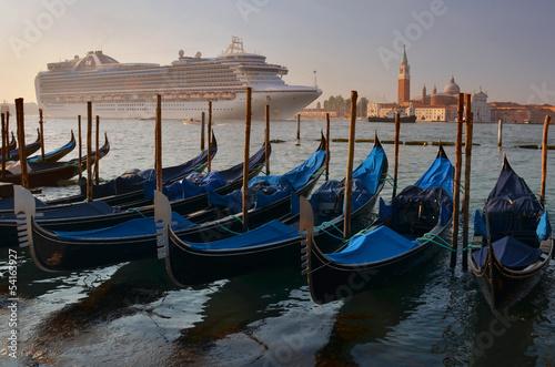 Türaufkleber Gondeln Arrival of a cruise ship to Venice