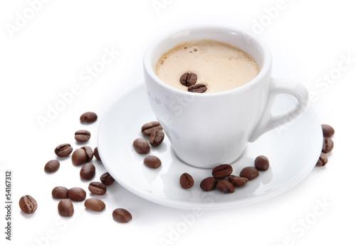 filizanka-kawy-z-ziaren-kawy-na-bialym-tle