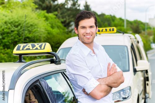 Fotografie, Obraz  Taxifahrer neben Taxi wartet auf Kunden
