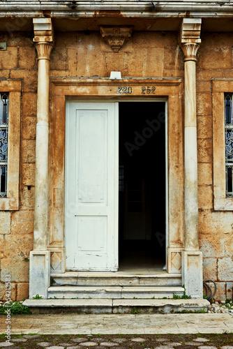grungy-stare-drzwi-stary-kamienny-dom-z-kolumnami