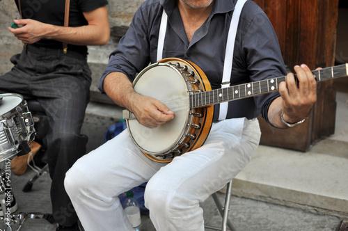 Fotografie, Obraz  Artista di strada con banjo