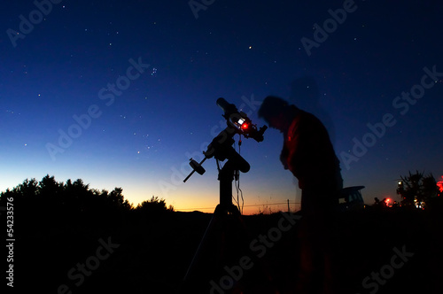 Astronomo osserva il cielocon un telescopio Wallpaper Mural
