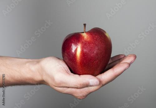 Fototapeta jabłko na męskiej dłoni obraz