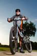 radfahrer hält sein fahrrad