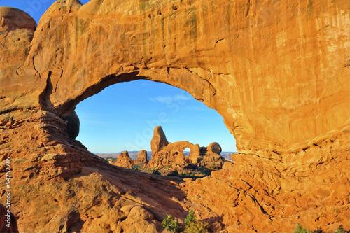 Poster de jardin Parc Naturel Double Arch Frames Turret Arch at Dawn, Arches National Park, Ut