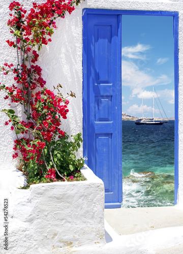 Obraz Tradycyjne greckie drzwi na wyspie Mykonos, Grecja - fototapety do salonu