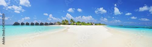 Fotografia  Panorama shot of a tropical islandl, Maldives on a sunny day