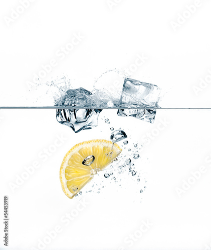 Poster Dans la glace Healthy Refreshment with Lemon and Ice Cube
