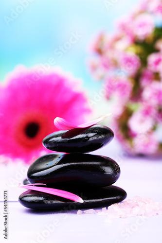 Photo sur Plexiglas Zen pierres a sable Spa stones and beautiful gerbera on wooden table