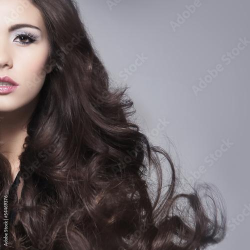 piekno-portret-mlodej-i-atrakcyjnej-kobiety-brunetka