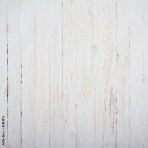 biale-drewniane-pionowe-deski